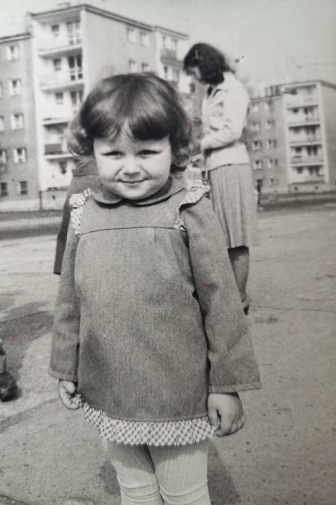 Pcham do Przodu. Mała dziewczynka. Pozytywne myślenie, wstrząs pourazowy, trauma, terapia, nowy start, życie.  Small girl, PTSD, trauma, positive thinking, new start.