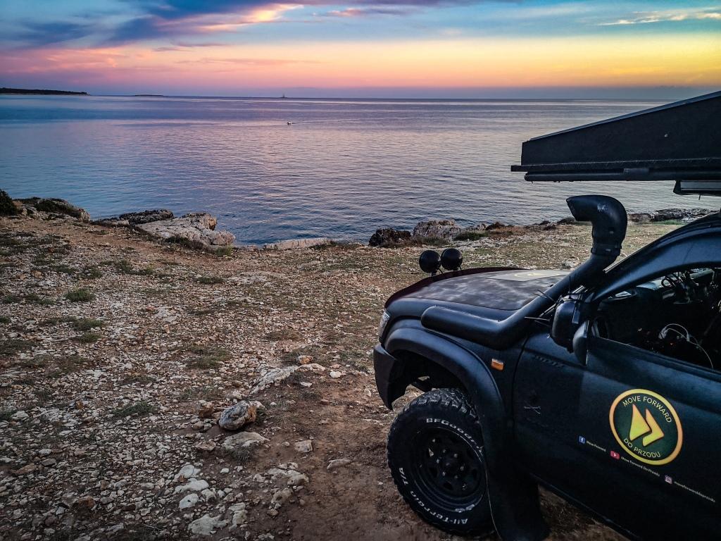 Zachód słonca nad morzem. Samochód terenowy nad morzem, obozowanie na dziko w Chorwacji  Sunrise, 4x4 truck by the sea in Croatia, wild camping.