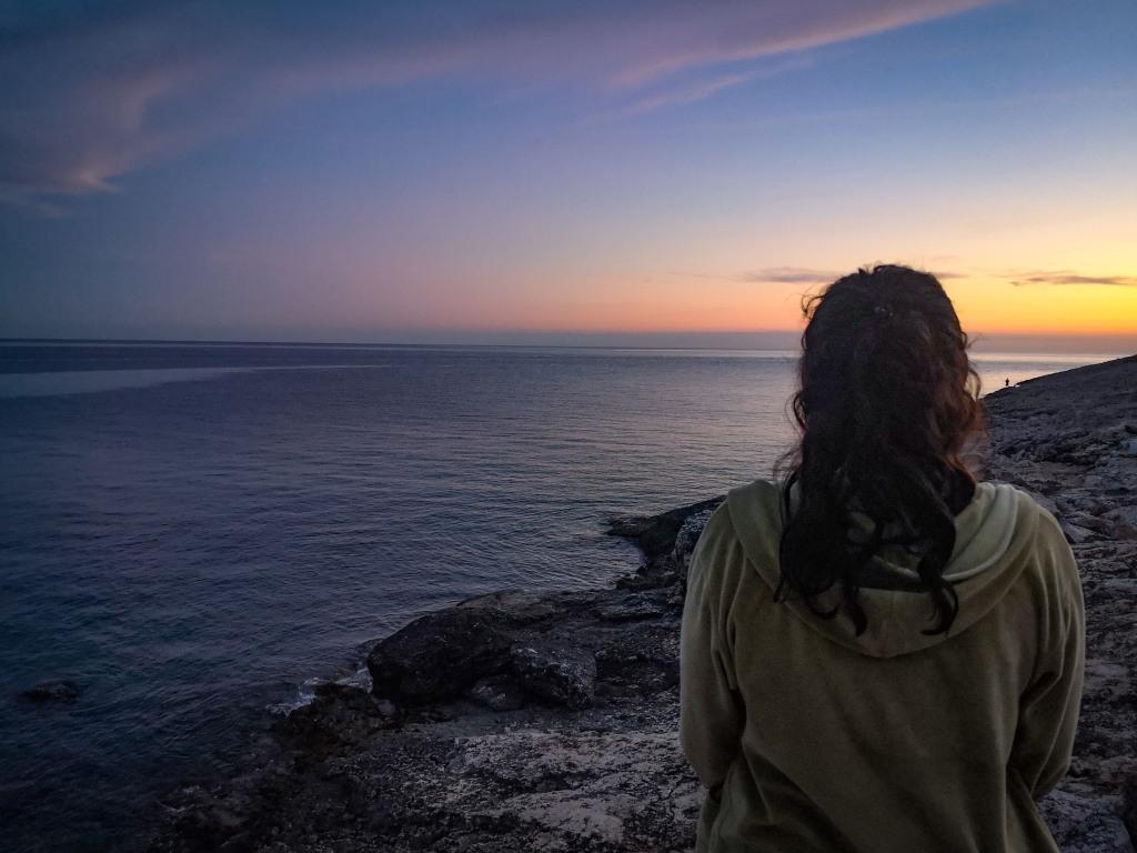Kobieta, wschód słońca Jest coś kojącego w szumie fal morza. Chorwacja, gdzieś niedaleko Rijeki. Pozytywne myślenie,  wstrząs pourazowy, trauma, terapia.