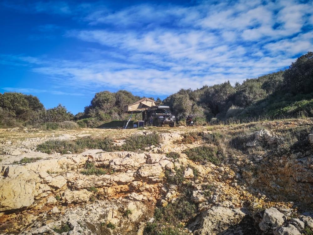 Samochód terenowy nad morzem, obozowanie na dziko w Chorwacji  4x4 truck by the sea in Croatia, wild camping.