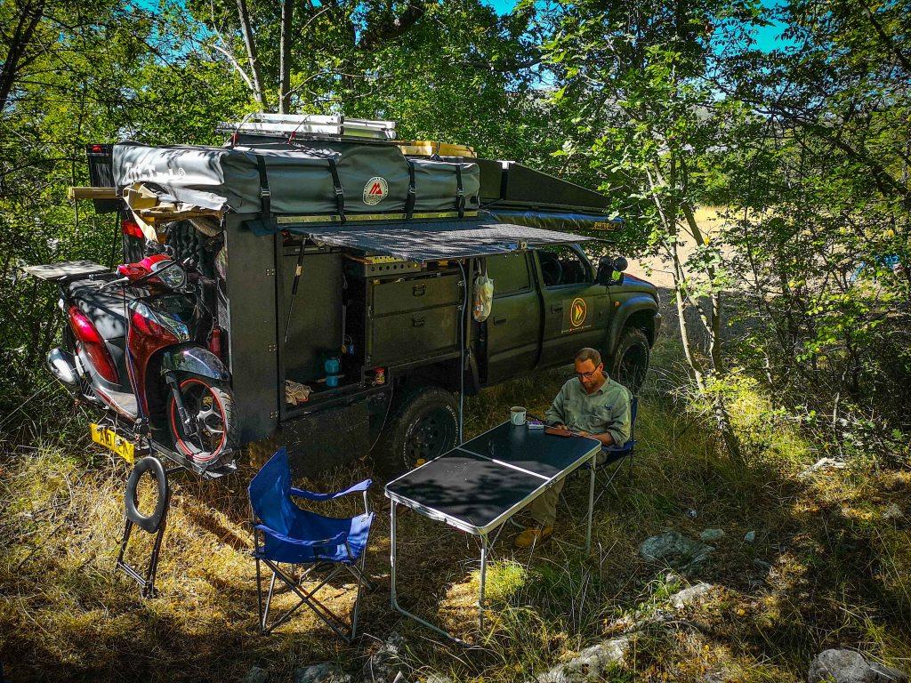 Samochód terenowy w krzakach, obozowanie na dziko w Chorwacji 4x4 truck in Croatia, wild camping.