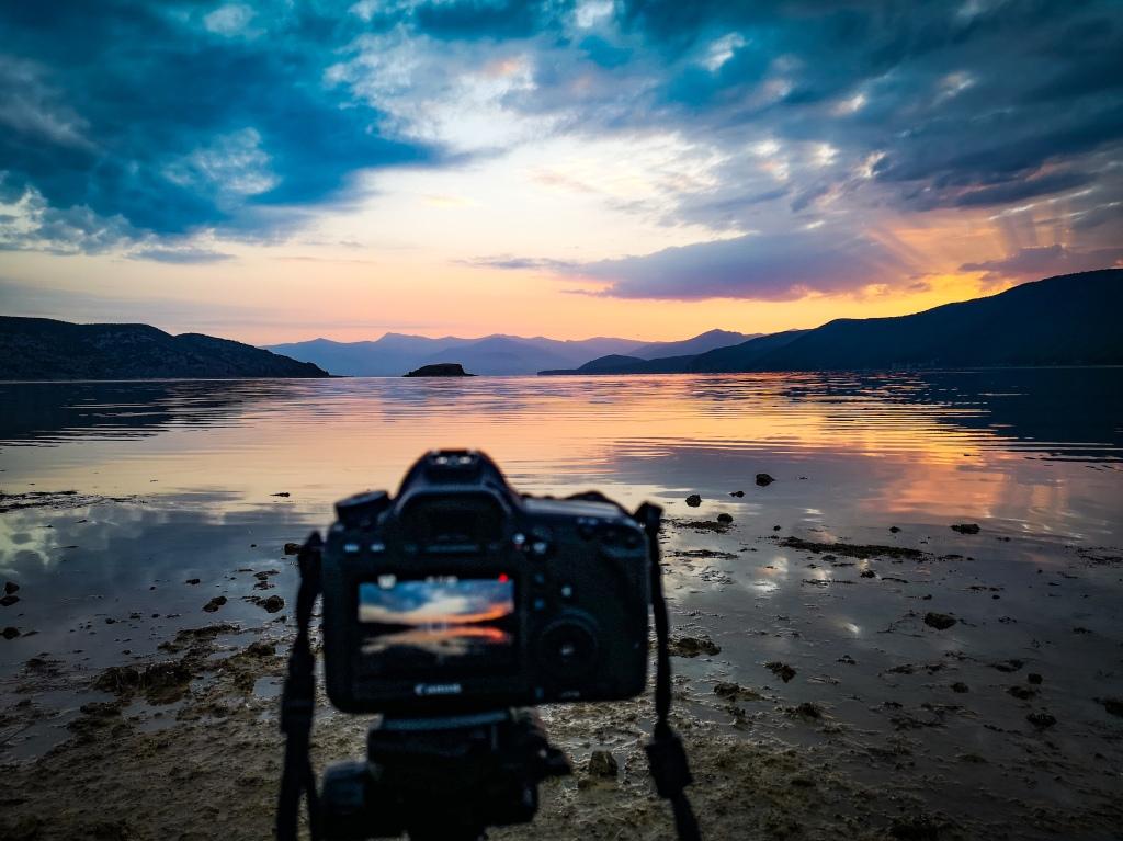 Wschód słońca nad jeziorem Prespa w Albanii. Sunrise, lake in the mountains in Albania.