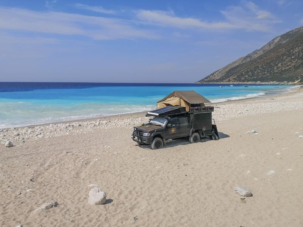 Nocleg, samochód terenowy na plaży w Albanii. Obozowanie, spanie  na dziko. 4x4 truck on a beach in Albania. Wild camping, sleeping, free camping.