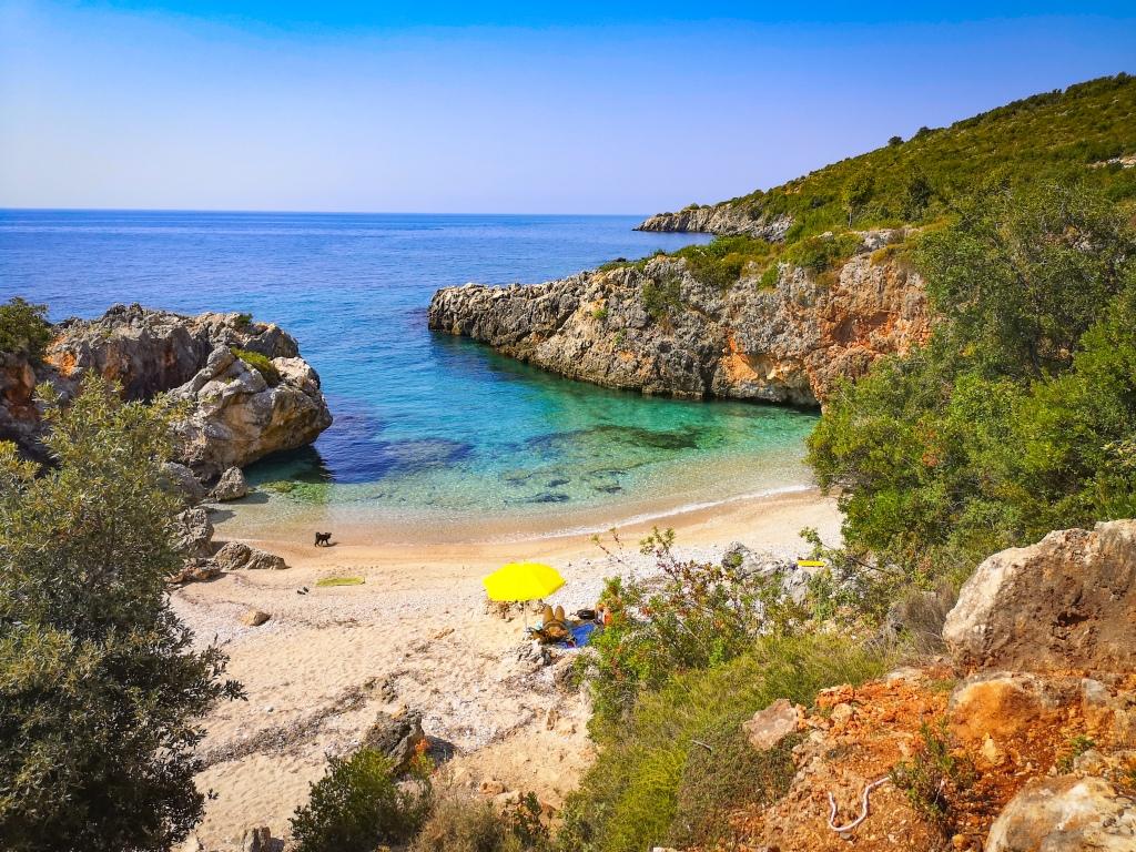 Plaża w Albanii. Obozowanie na dziko. Beach in Albania. Wild camping, camping on a beach in Albania.