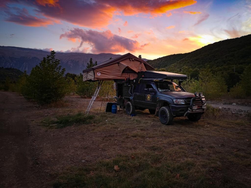 Wschód słońca w Albanii. Najlepsza miejscówka do nocowania na dziko. Sunrise in the mountains. Wild camping in Albania.