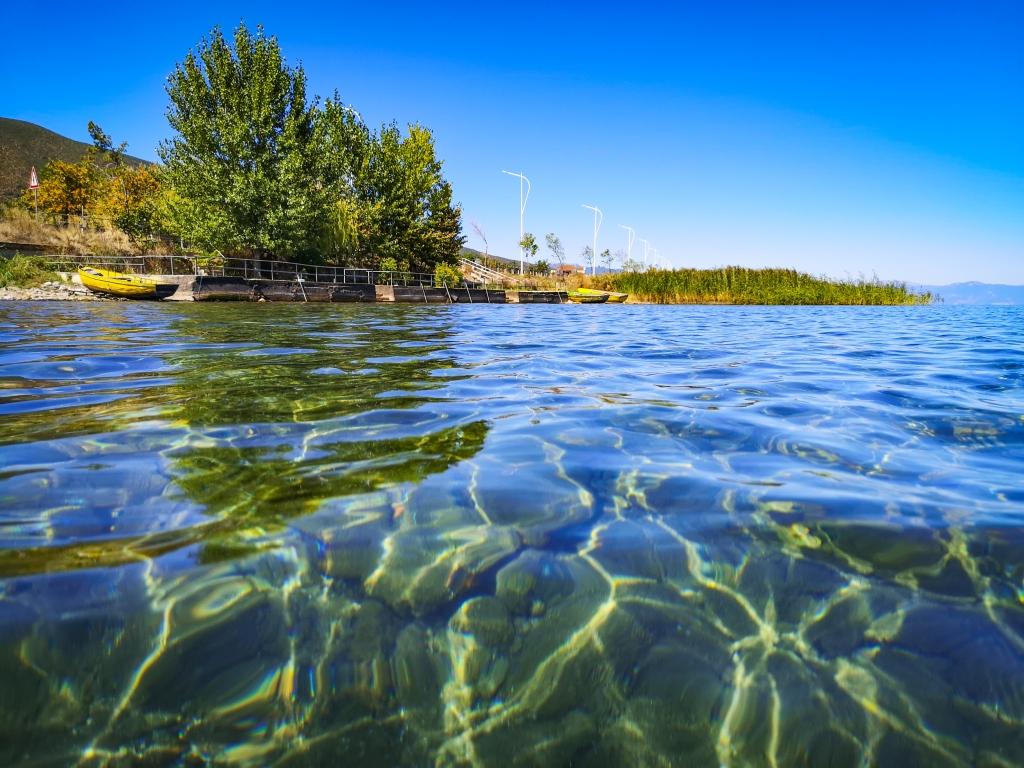 Albania, jezioro Ohrid. Krystalicznie czysta woda w jeziorze Ochrydzkim. Ohrid Lake