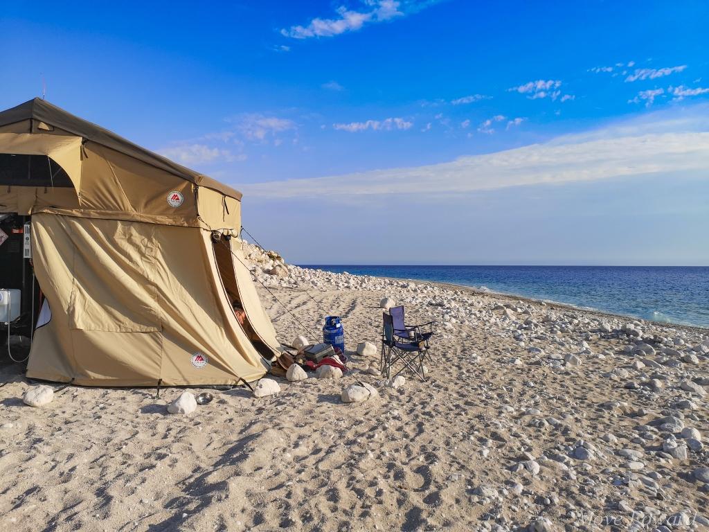 Albania – co warto zobaczyć? Plaża Palasë. Spanie na plaży, biwak, namiot, pod namiotem, wild camping on the beach in Albania