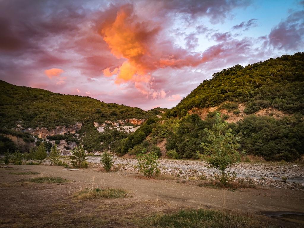Albania – co warto zobaczyć? Wąwóz rzeki Vijosa. Wody termalne, Benja Thermal Pools.