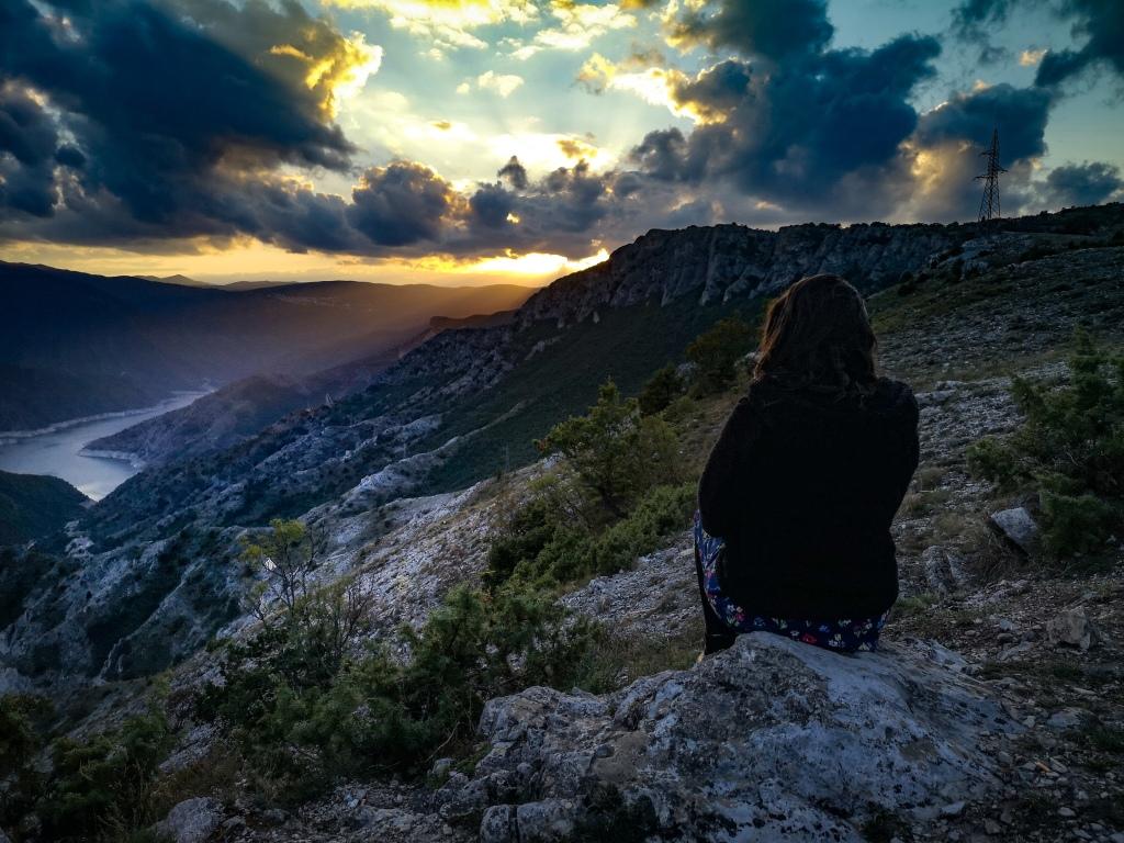 Zachód słońca nad jeziorem Kozjak, Macedonia. Pozytywne myślenie,  wstrząs pourazowy, trauma, terapia.