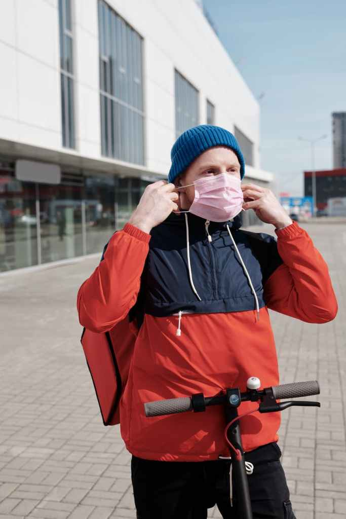 maseczka covid19 koronawirus coronavirus man wearing a mask