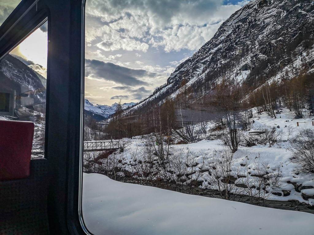 piękne widoki zza okna pociągu do Zermatt